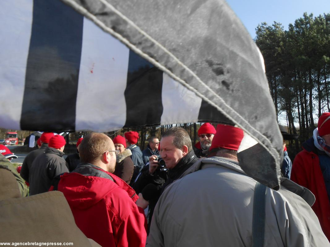 bonne texture boutique officielle meilleure qualité 400 Bonnets rouges face aux gendarmes défendant le portique ...