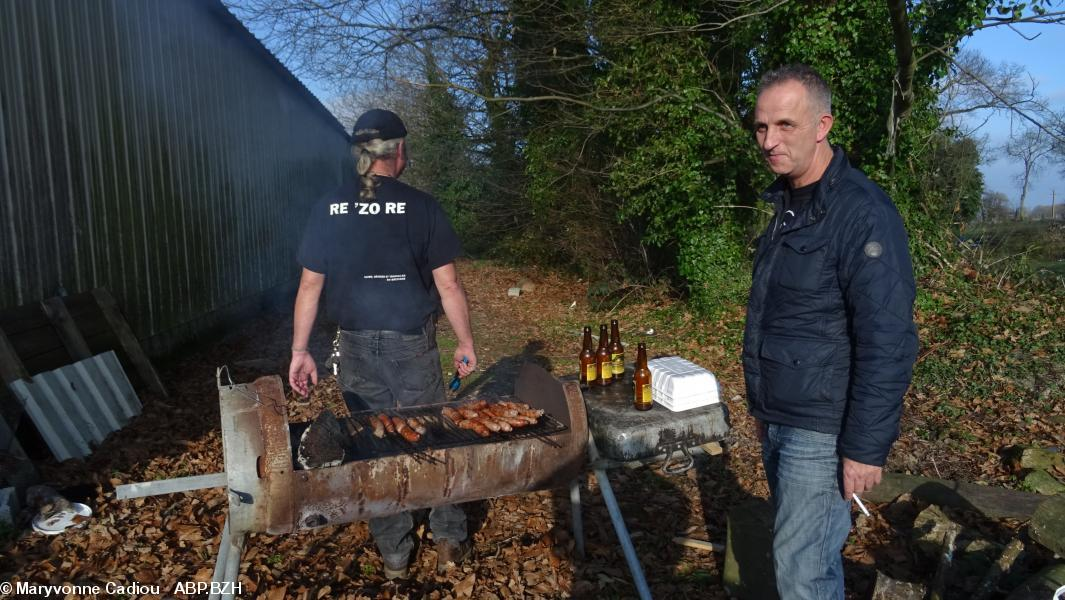 5- Le barbecue est en action, verso du t-shirt.