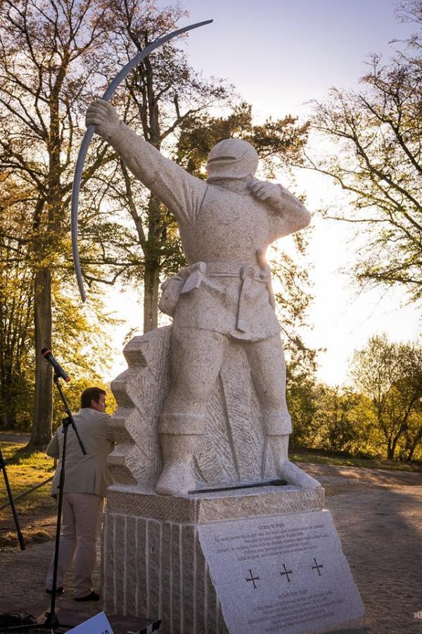 une sculpture monumentale en l 39 honneur des archers anglais morts pour la bretagne le 28 juillet 148. Black Bedroom Furniture Sets. Home Design Ideas