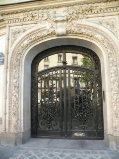 Une entrée d'immeuble dans le VIIe arrondissement de Paris. 24 24608_1.jpg
