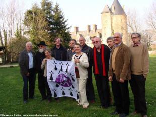 Au château de La Groulais à Blain, devant la tour du Connétable, l'équipe du Comité Anne de Bretagne 2014 pose pour la presse à l'issue de la réunion de travail du 12 mars. Rémi Valais 3e à dr. Entre Gildas Le Minor de Pont-l'-Abbé et Olivier Moreau. 33 33299_4.jpg