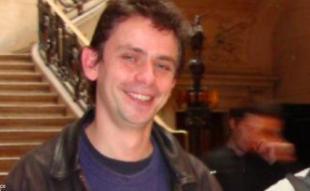 Gael Roblin à la sortie du tribunal de Paris (la photo a été recadrée, nous sous excusons auprès des deux autres personnes qui se trouvaient sur cette photo par inadvertance lors de la publication de cet article). 43 43355_2.jpg