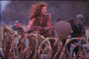 Alex Kingston dans le rôle de Boudicca dans le  film Boudicca. Chez les Celtes, avant l'invasion romaine, même les femmes portaient des armes.