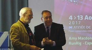 Patrick Malrieu remet la médaille de l'Institut Culturel de Bretagne à Alex Salmon, ex-Premier ministre de l'Écosse.(07/08/2017 à Lorient au FIL) Photo Archives ABP