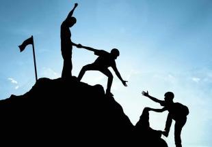 Une équipe parvient à gravir une montagne grâce à l'entre-aide.