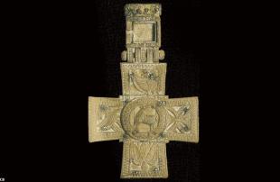 Croix pectorale en ivoire des abbés de Saint-Mathieu retrouvée à Milizac (Finistère) probablement du VIIIe siècle. (6 x 9,6cm)