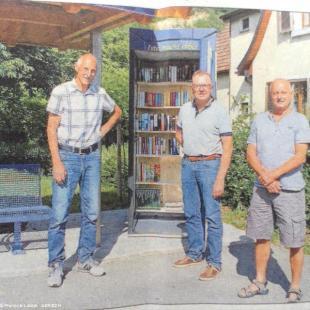 Le banc des autostppeurs et l'abri-bibliothèque, l'équipe des citoyens d'Istein-Efringen-Kirchen