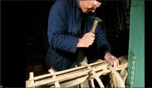 Fabrication d'un casier à homards en bois de châtaignier à Pors Poulhan en Plozevet en 1965. Extrait du film n°132 «Les pêcheurs de Pors Poulhan.
