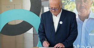 Daniel Cueff, tête de liste pour Bretagne ma Vie, signe le plan Marshall pour les langues de Bretagne